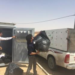 بالصور جمعية دليل الخيرية تفرغ حاويات الملابس بالأجفر بالتعاون مع لجنة التنمية