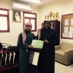 بالصور قائد متوسطة الأجفر  يسلم الجوائز على الطلبة المتفوقين