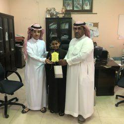 ولي امر طلاب يكرم المعلمين الذين تميزو في عملهم التربوي والعلمي بمدرسة محمد بن القاسم الإبتدائية بالكهفه