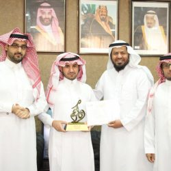 الدريهم مدير مكتب تعليم العزيزية يكرم الاستاذ لافي حماد الغالي